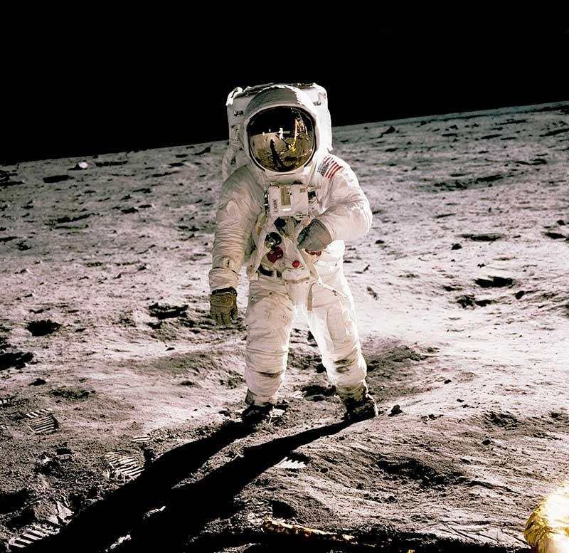 astronaut-walks-on-the-moon